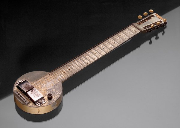 First Electric Guitar : behold the first electric guitar the 1931 frying pan open culture ~ Vivirlamusica.com Haus und Dekorationen