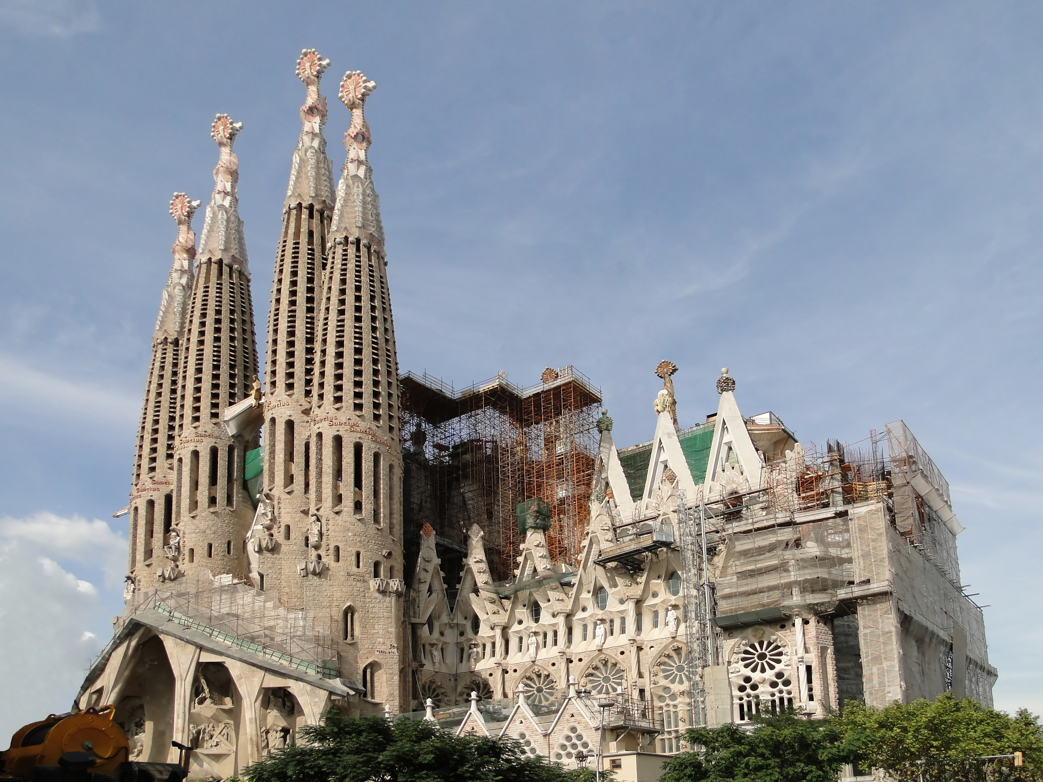 Watch antoni gaud 39 s unfinished masterpiece the sagrada for Kathedrale barcelona gaudi