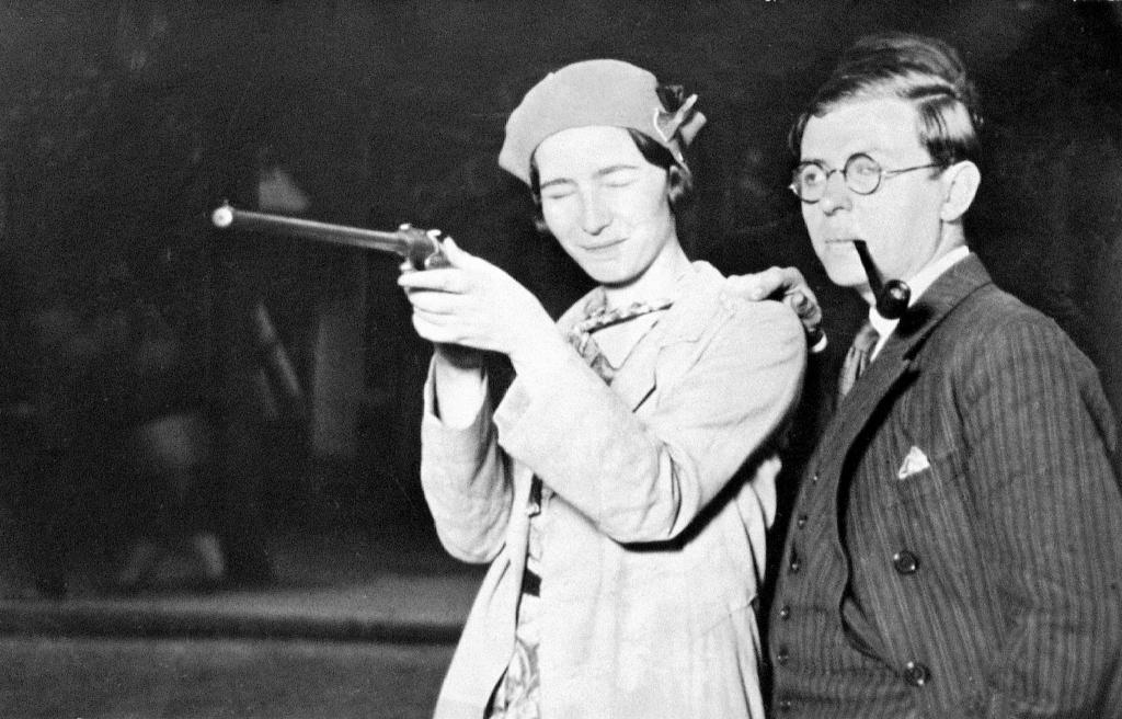 simone-de-beauvoir-jean-paul-sartre-fairground-at-porte-d_orlc3a9ans-1929