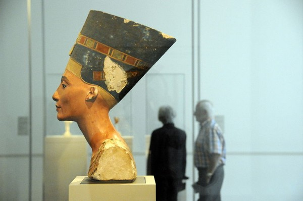 800px-The_Nefertiti,_Side_View