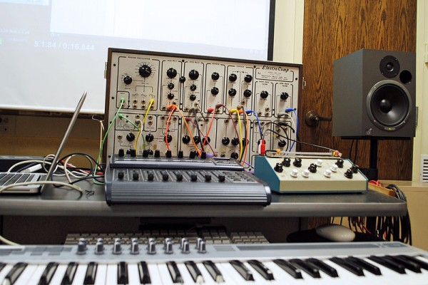 800px-ElectroComp_EML-200,_etc,_Equipment_for_Electronic_Music_Class